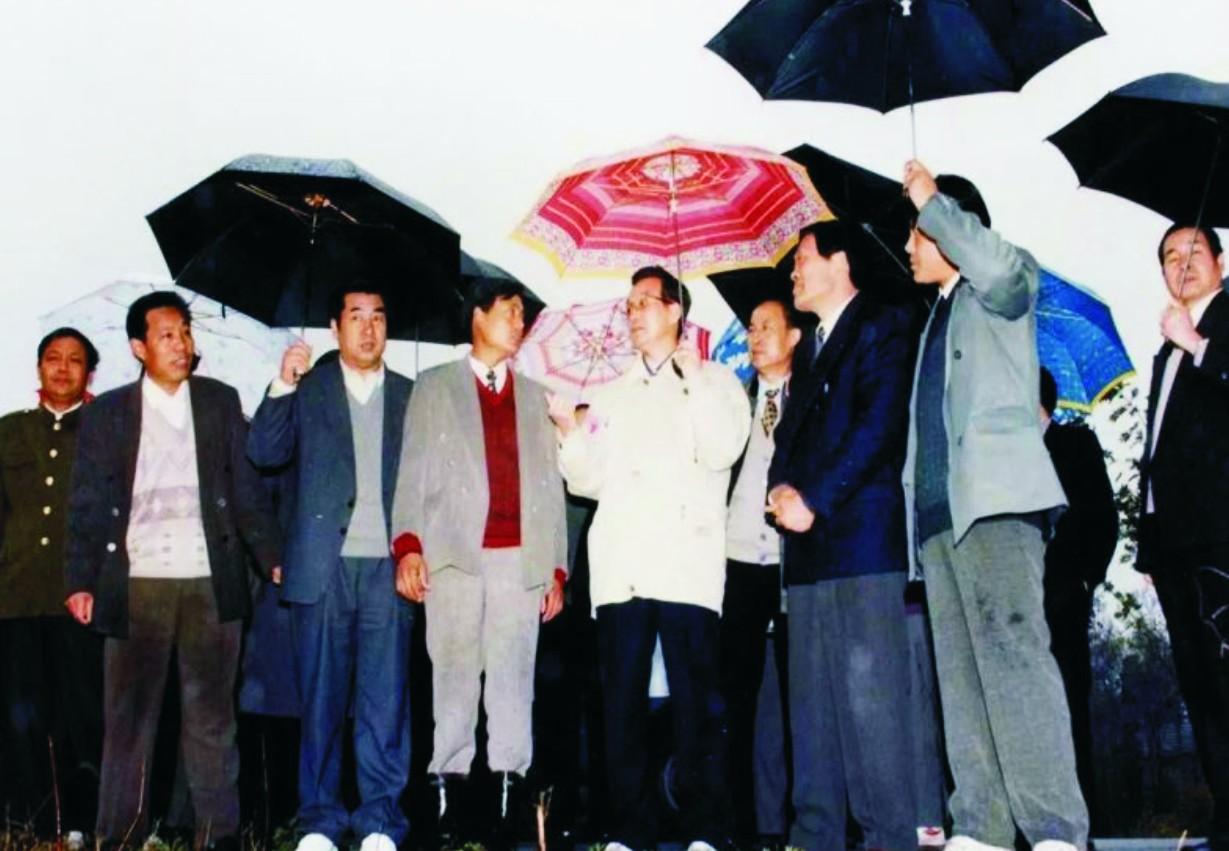 1997年11月27日,原国务院总理温家宝在庐江台创园调研